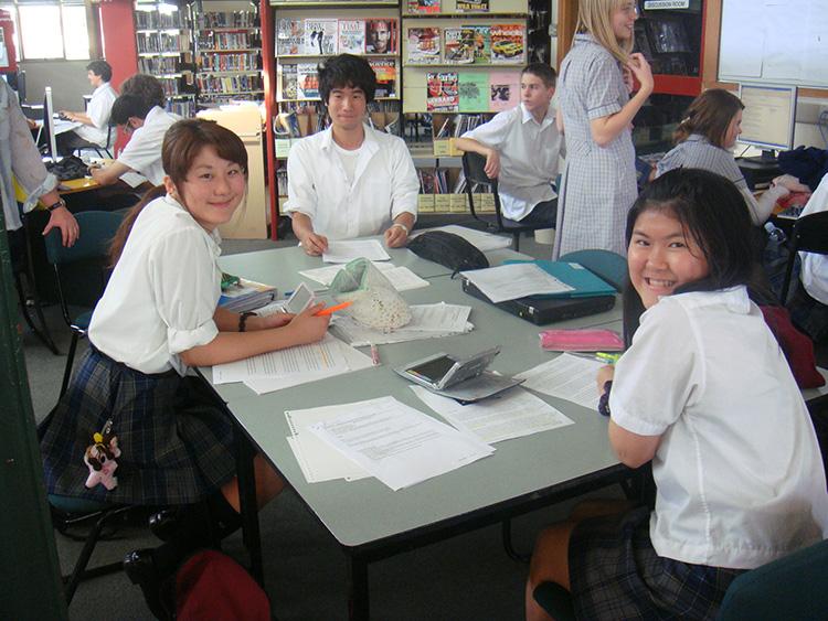 教室でグループ作業をする学生たち