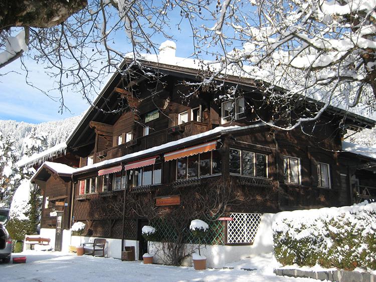 雪が積もる寮の外観