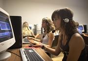 パソコンの前の学生