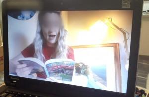 担任の先生が本を読んでくれている動画を毎日上げてくれます。